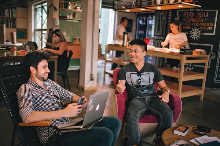 Local SEO: Freunde treffen sich im Cafe